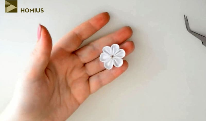 Создаём поэтапно все элементы цветка и листиков