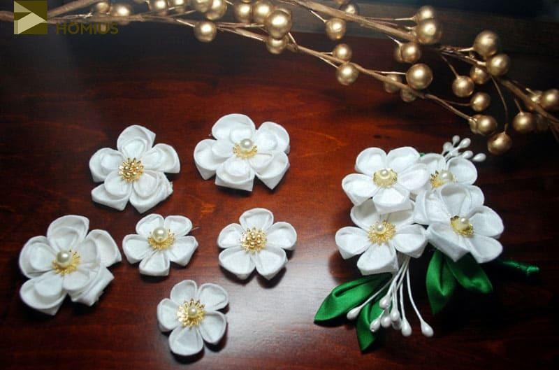 В основе нашей работы будут специально собранные из лепестков цветы