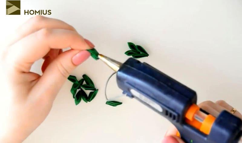 Из зелёных лепестков склеиваем веточки, в каждой из которых по 15 элементов