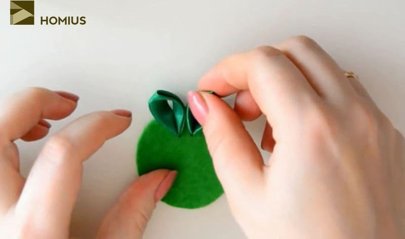 На фетровый круг диаметром 5 см наклеиваем 14 острых лепестков зелёного цвета