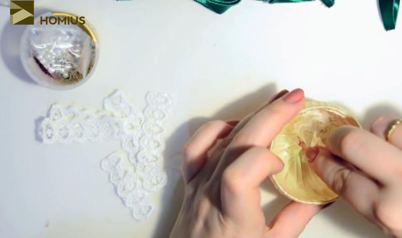 Так как наше яйцо будет играть роль шкатулки, внутреннюю его часть обклеиваем кружевом