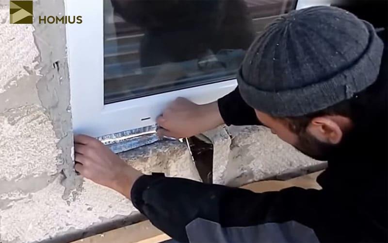 Проклеиваем снаружи утеплитель – он должен прилегать максимально плотно