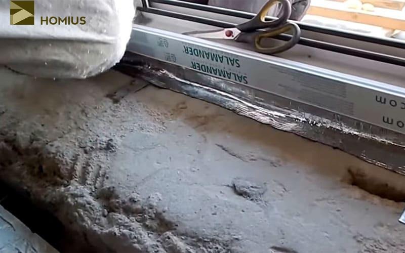 Проклеиваем внутренний шов термоизоляционной полосой