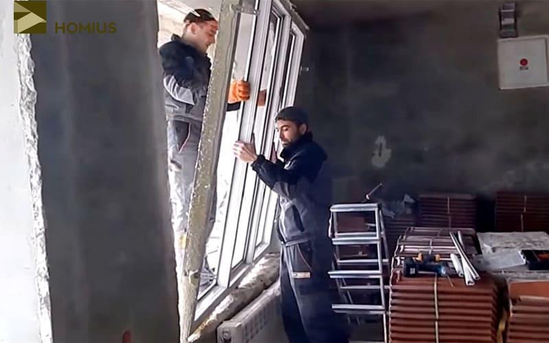 Вытаскиваем раму из оконного проёма очень аккуратно – если она упадёт, можно будет выбрасывать конструкцию