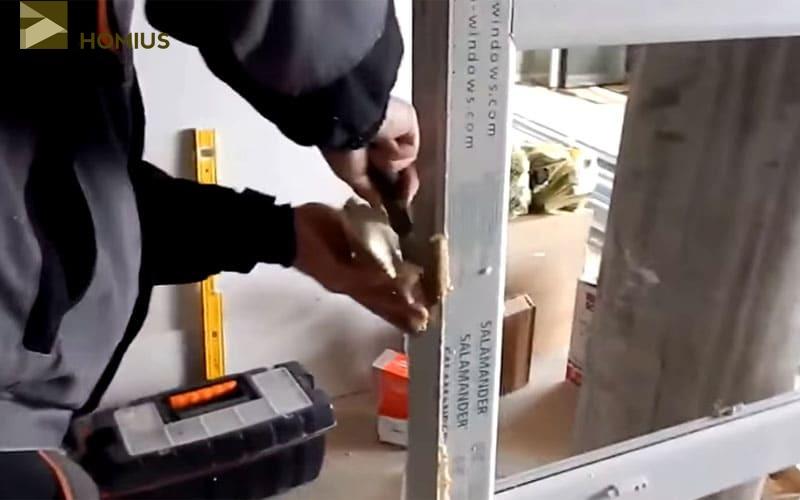 Удаляем старую пену как можно тщательнее