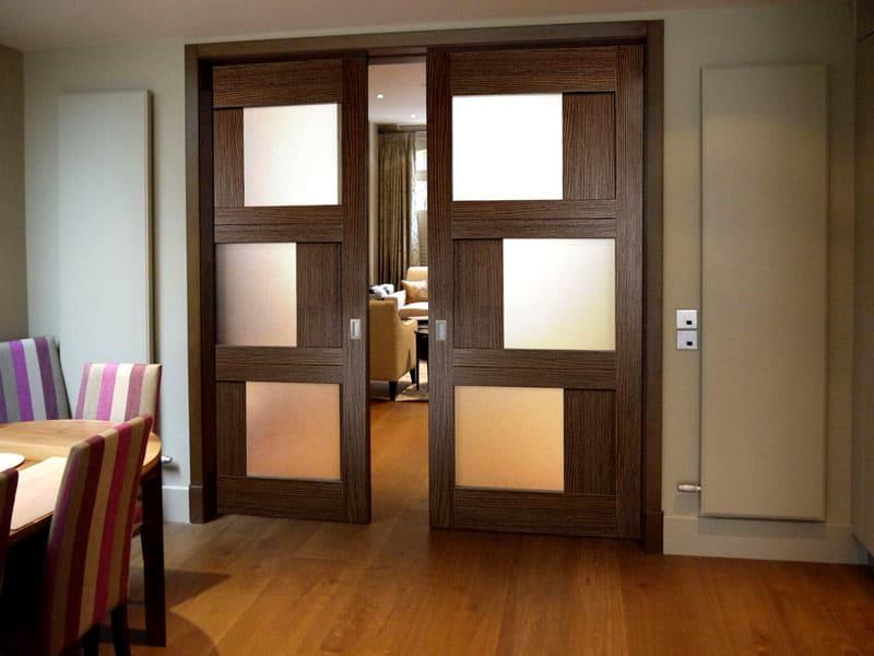 Двери из массива имеют большой вес