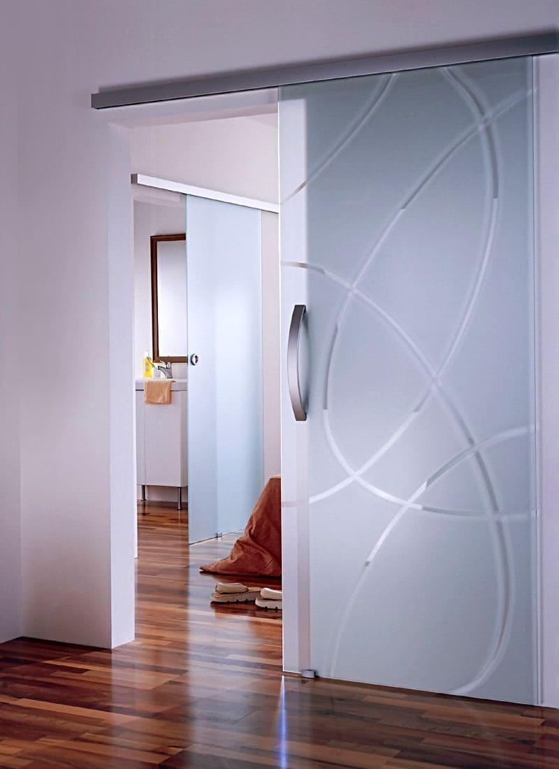 Проём практически становится незаметен в таком варианте оформления двери. Отличный приём, чтобы скрыть смежную комнату