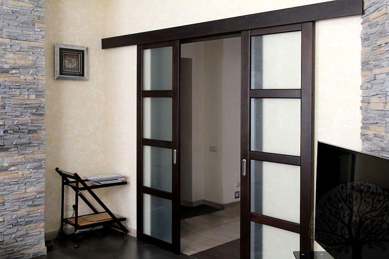 Вариант двери-купе в гостиной