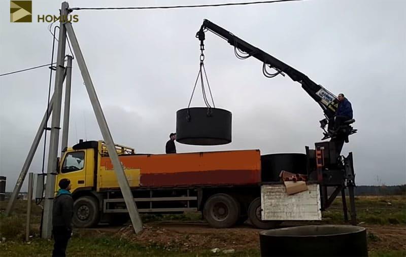 Разгрузка бетонных колец и плит перекрытий на придомовой территории