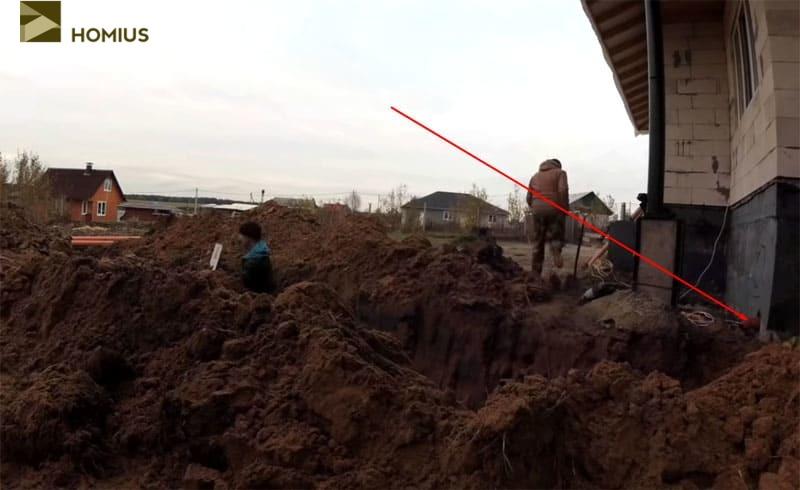 Вывод канализации из дома, к которому и нужно подвести магистраль