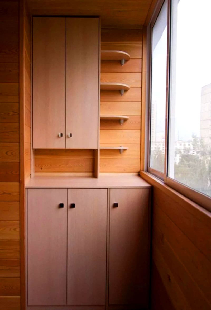 Единственный минус – благоприятный микроклимат на балконе. Соответственно, лучшее решение для обустройства такого шкафа – закрытый балкон