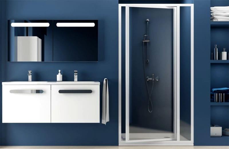 Вращающиеся стеклянные двери требуют дополнительного пространства как внутри душевой, так и перед ней