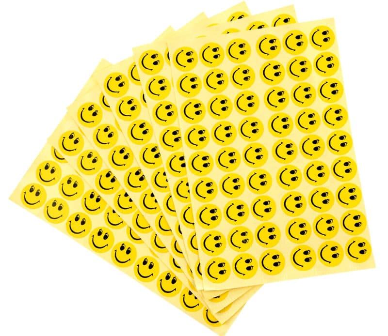 Лучше использовать полностью заклеивающиеся наклейки, а не отрывные