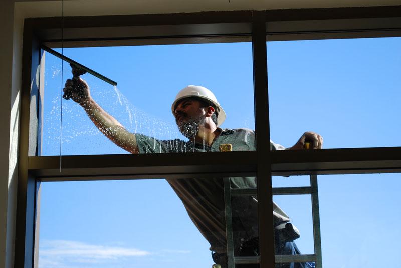Для очистки окон снаружи на верхних этажах лучше пригласить специальную службу