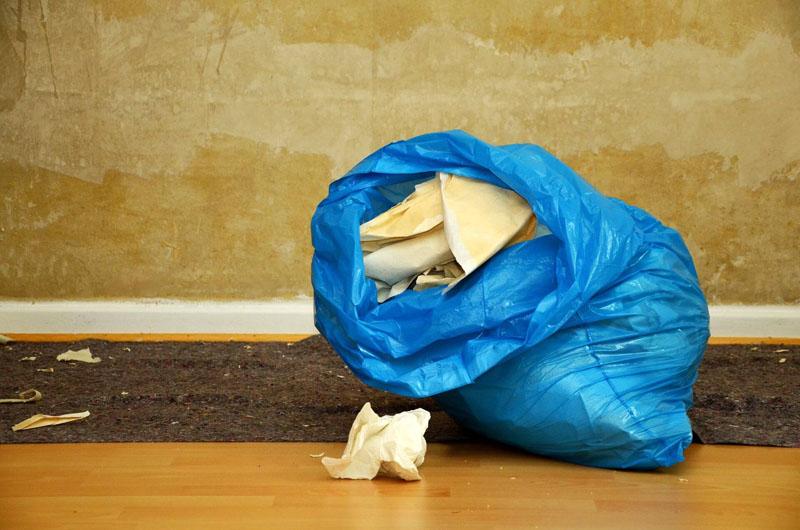 Остатки стеклообоев и других опасных материалов желательно сразу убирать из квартиры