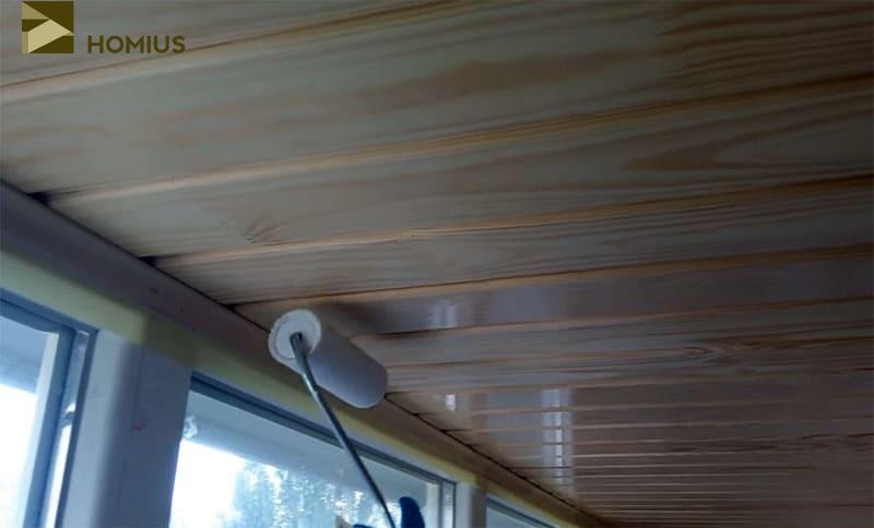 Обрабатываем древесину составом против гниения и покрываем бесцветным лаком