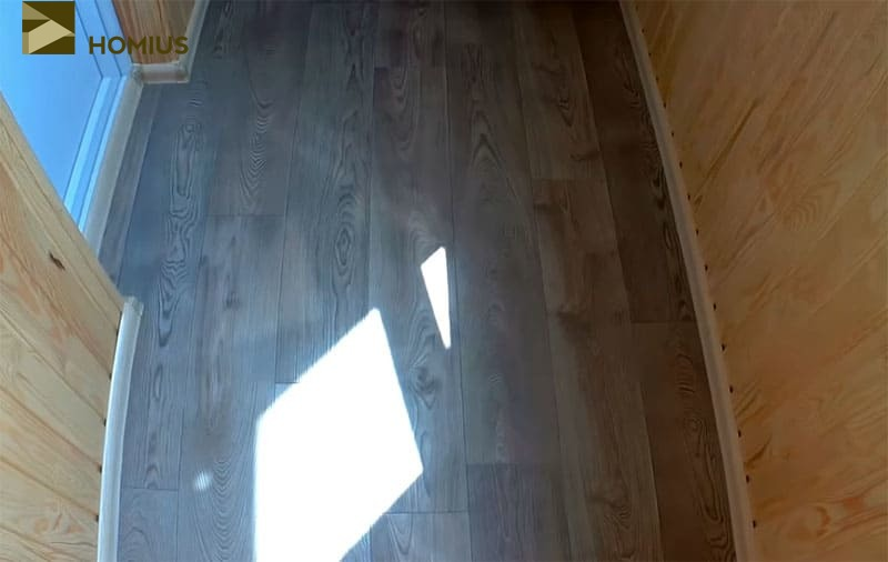 Линолеум уложен на пол, плинтуса прибиты, а значит, отделка балкона завершена