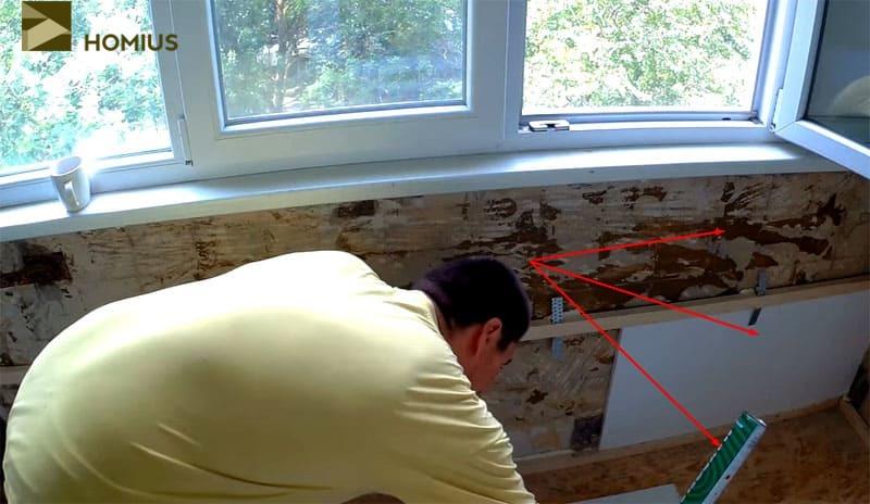 Проклеиваем пенопласт по стенкам, фиксируя его на монтажную пену или любой клеевой состав