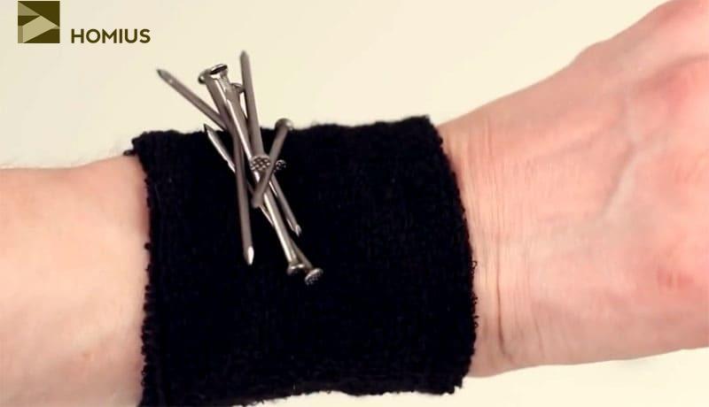 Магнит под напульсником поможет решить проблему удержания гвоздей во время работы