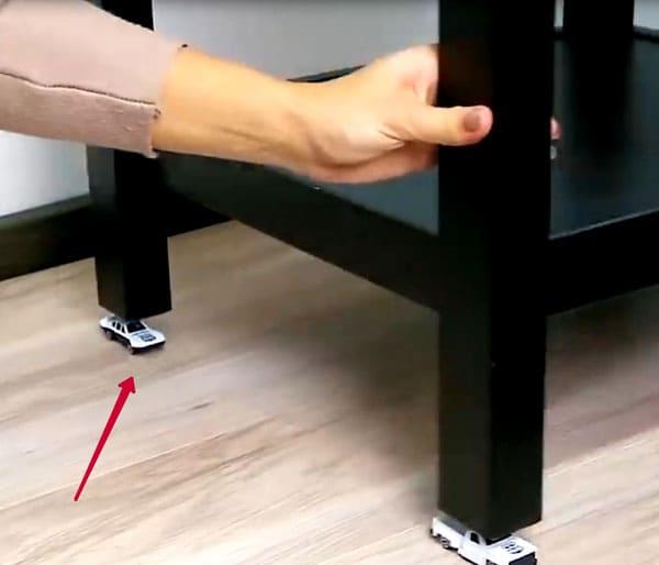 Выбирайте машинки максимально одинаковые по высоте и более плоские, чтобы обеспечить столику плавный ход