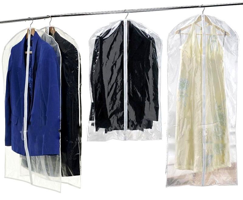 Используйте специальные чехлы для хранения верхней одежды и костюмов