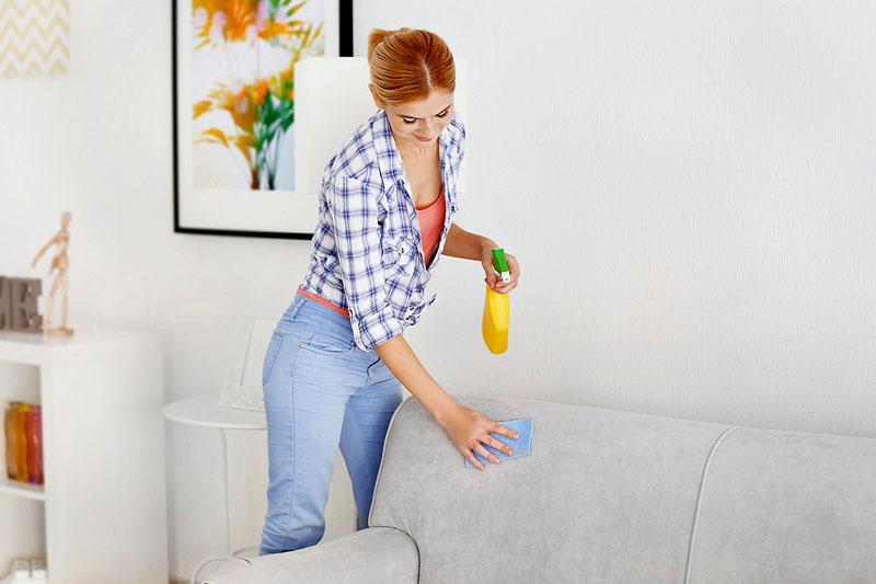 Обрабатывать мягкую мебель можно специальной пропиткой, но только при условии, что пыль из первой максимально удалена