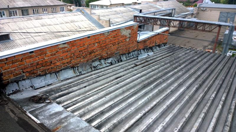 Между двух прилегающих крыш делают стену для предотвращения перекидывания огня