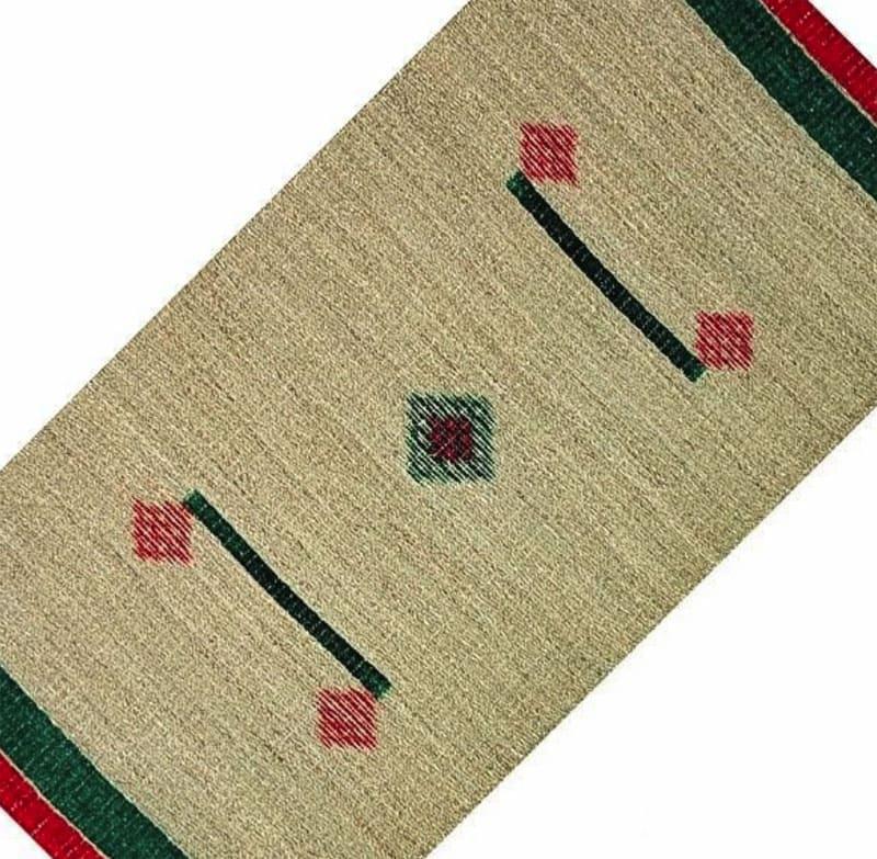 Для получения узоров волокна предварительно окрашивают и формируют узор в процессе плетения