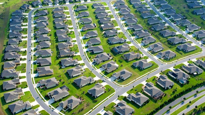 Бизнес в сфере загородного строительства и земельных участков считается одним из самых рискованных