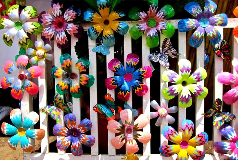 Даже обычный забор можно украсить яркими цветочками, при виде которых будет подниматься настроение