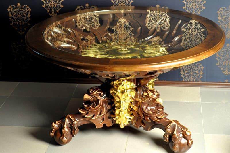 Мебель, покрытая слоем металла, выглядит очень изящно и дорого