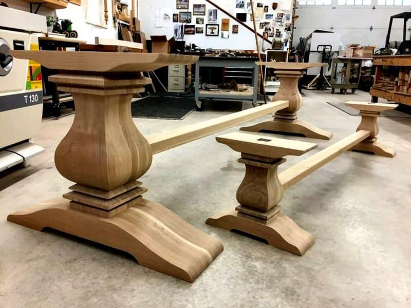 Для столов с красивыми ножками лучше всего подходит прозрачная столешница. Под ней видно всю красоту опор