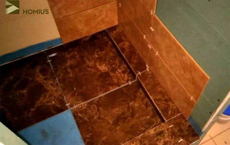 Укладка плитки – часть пола закрывается сразу, часть позже