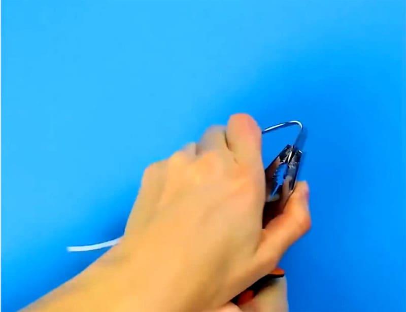 При помощи плоскогубцев придаём рукоятке необходимую форму