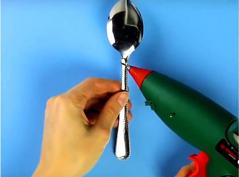 Наносим термоклей, на который фиксируем одну «руку»