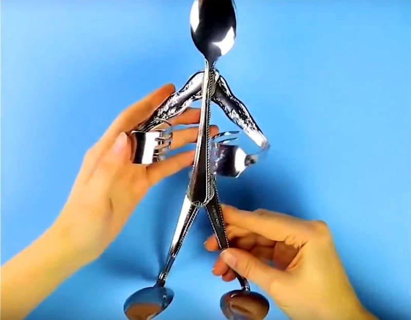 Аналогичным образом фиксируем «ноги», выполненные из ложек