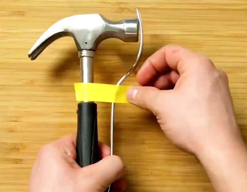 Приматываем вилку к молотку при помощи изоленты или малярного скотча