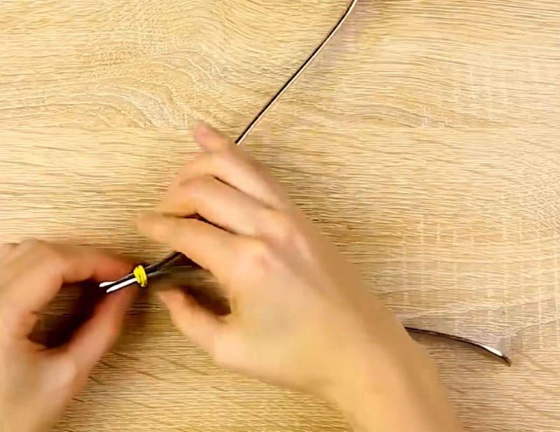 При помощи резинки стягиваем вилки, соединяя одну с другой