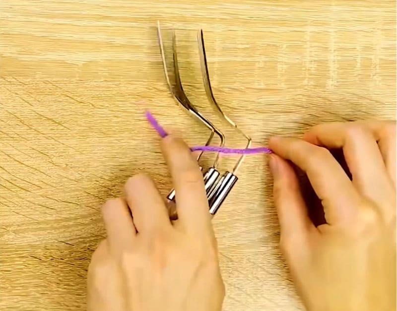 Выгнутые вилки складываются стопкой и связываются шерстяной нитью