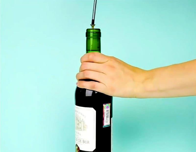 Вворачиваем шуруп или саморез в пробку бутылки