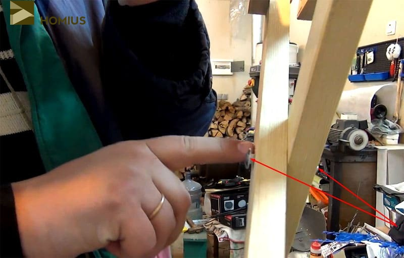 Ножки скреплены болтом, который пока топить в древесину не стоит