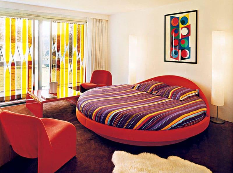 Постеры, яркие подушки, пёстрая мишура – всё это прекрасно впишется в стиль задиристой классики