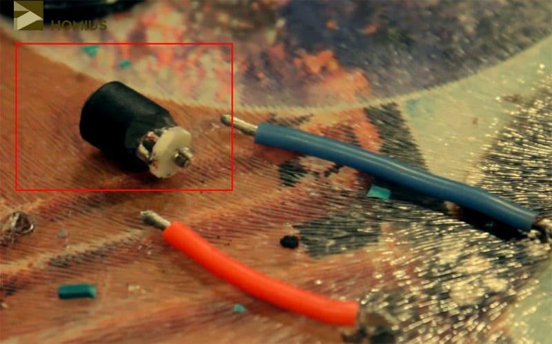 Разбираем гнездо, удалив контактную группу, и готовим отрезки провода для коммутации