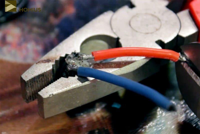 Аккуратно припаиваем отрезки провода к контактам гнезда, соблюдая цветовую маркировку