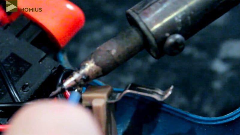 Припаиваем провода к контактным скобам шуруповёрта