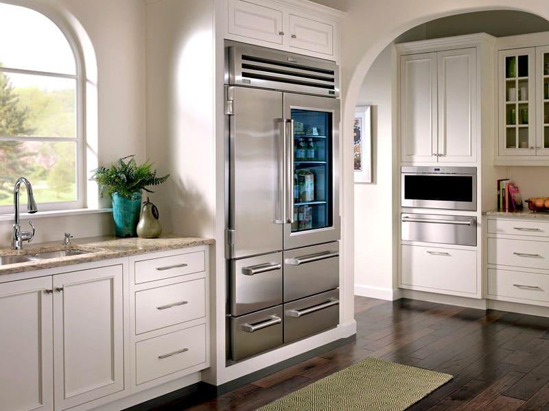 Интересный дизайн холодильника с прозрачной дверцей