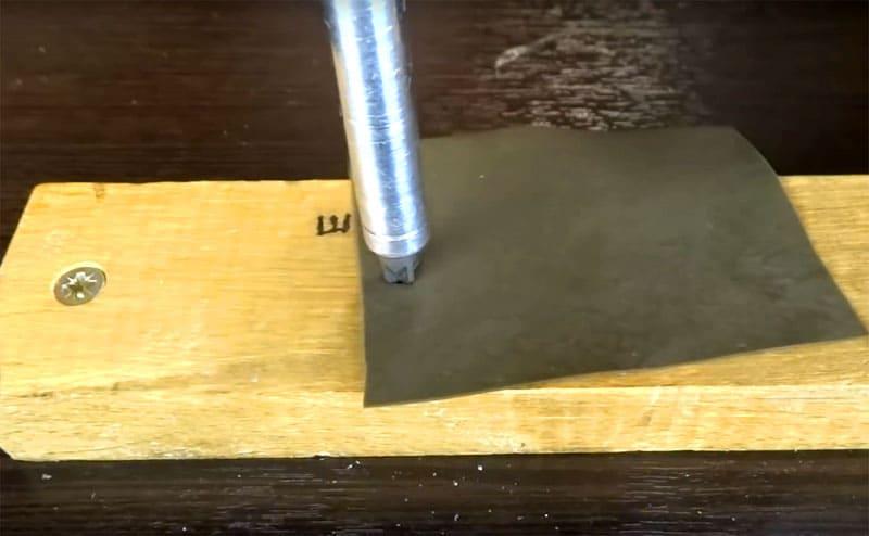Также может помочь кусок резины, который увеличит сцепление биты с саморезом, но работает это не всегда