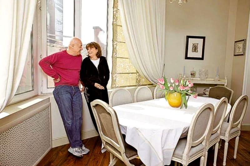 Столовая очень удачно расположена перед большим эркерным окном, кухня светлая, просторная