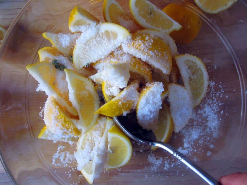 Просто положите апельсиновую дольку или корочку яблока в ёмкость с сахаром и он не склеится