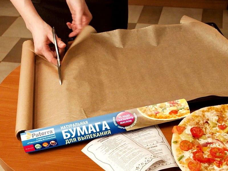 Сложите бумагу в несколько раз, а одну из сторон надрежьте мелкими полосками